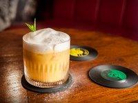 legendární SEMAFOR – SEdm MAlých FORem míchaná whisky, mandarinky, arašídové máslo, Becherovka Original, cukr a led. Sedmým dílem je hašlerka – vždyť pražskou historii přece netvoří jen Hrad či Karlův most.