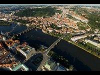 Skočte si padákem nad Prahou a klesejte ke Karlovu mostu (VR zážitek)