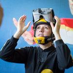 Brýle pro virtuální realitu jsou upevněné na integrální parašutistickou helmu