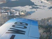 pohled přes křídlo z letadla